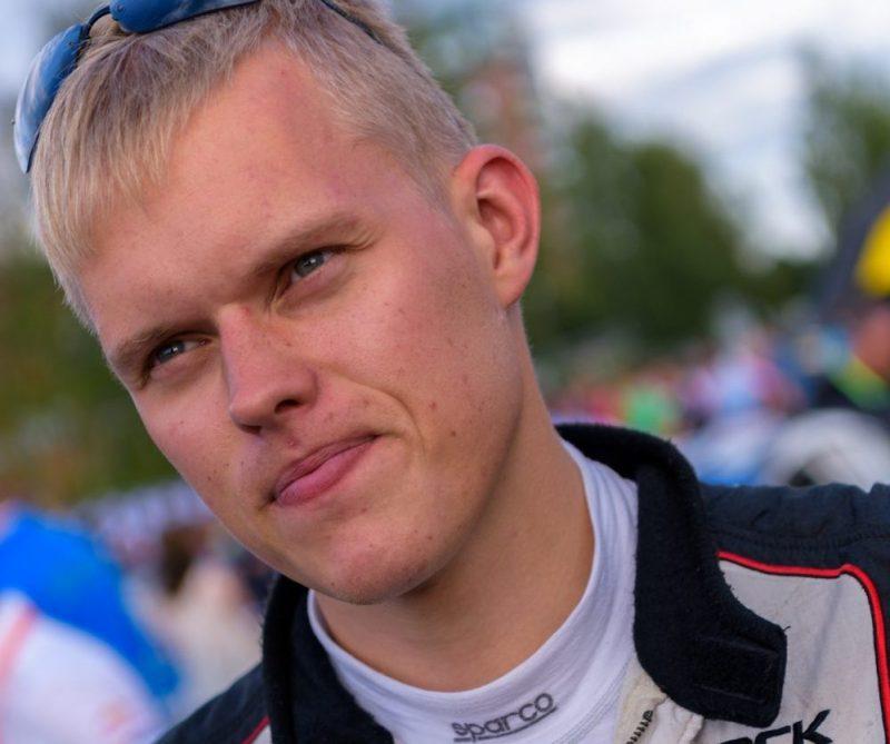 Kui auto esivedrustuse lagunemine ja kolm rehvipurunemist langetavad konkurentsist pea iga rallimehe, siis mitte OttTänaku ja Raigo Mõlderi. Soome MM-rallil kogetud ebaõnnele vaatamata võeti poodiumikoha eest võitlemises viimasel päeval riske, […]