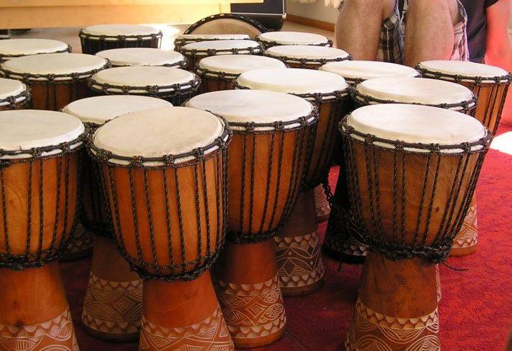 """Kuressaare kultuurikeskuses toimus professionaalse trummari Reigo Ahvena käe all ühepäevane trummikoolitus, kus osales üle kahekümne eri rahvusest noore. Õpitut saab näha ja kuulda Kuressaare merepäevade ava- ja lõputseremoonial. """"Me õpime […]"""