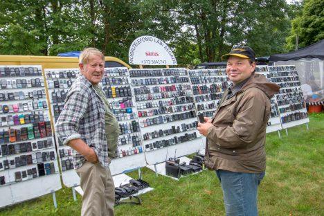 OI KUI PALJU! Randvere mees Jaanis Järsk (paremal) salvestas oma nutitelefoniga kogu ekspositsiooni. Kollektsionäär Ivar Kokk jagas omapoolseid selgitusi. AARE LAINE