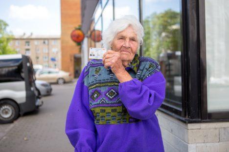 PÄÄSES TULEST: Üks asi, mis rusude keskelt tulest puutumata välja tuli, oli Selma Toompuu ID-kaart, mille abil käis ta eile Kuressaares pangakontoris asju ajamas. Pereliikmete jaoks jääb arusaamatuks, kuidas õnnestus dokumendil tuleroaks langemisest pääseda. MAANUS MASING