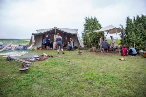 KESKENDUVAD KÄSITÖÖLE: Turu korraldajad tahavad viikingiturul esikohal hoida ennekõike ajastutruu käsitöö. MAANUS MASING