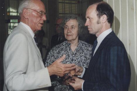 """PRESIDENDI VISIIT SAAREMAALE 1995: """"Lennart Meri austus suure luuletaja vastu oli kolleeglik ja presidentlik,"""" on öelnud Ülo Tuulik. Pildil Lennart Meri, Debora Vaarandi ja Ülo Tuulik. Foto: ERAKOGU"""