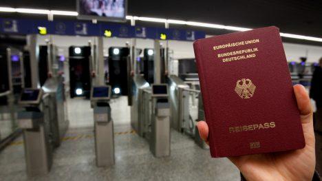 AVAB VÄRAVAD: Brittide uurimus näitab, et kõige suurema liikumisvabaduse maailmas annab 2016. aastal Saksamaa pass. Selle omanik võib viisavabalt reisida vähemalt 177 riiki. QZ.COM