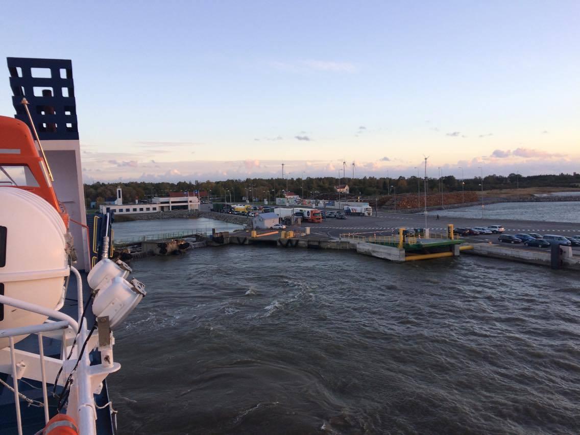 Tugeva tuule tõttu kella 13 paiku peatunudlaevaliiklus Suure väinas algas taas kell18.40, kui parvlaev Ionas Virtsu sadamast Kuivastu poole teele asus,teatas Saarte Hääle toimetaja Raul Vinni Ionase pardalt.  Laevad […]