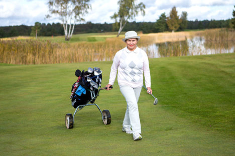 HOIAB VORMIS: Niina Sivonen  ütleb, et golfi mängides kõnnitakse maha pikki vahemaid. Seega mõjub golfimäng hästi ka füüsisele. Foto: MAANUS MASING