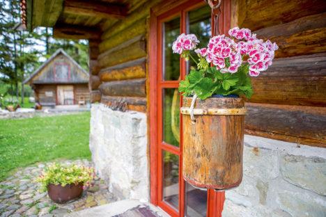 Räästaalused on hääd ja praktilised kohad – näiteks lillede riputamiseks. Foto: MAANUS MASING
