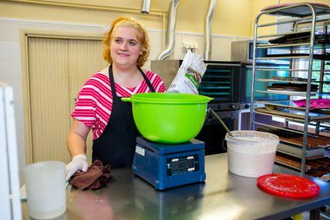 OMAETTE TEADUS: Helina Mäekivi teeb leiba koostisosi täpselt kaaludes. Et asi ikka õige oleks. MAANUS MASING