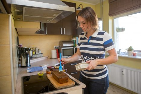 LEIVALE PAI: Monika Raud paitab leiba soolavõiga. See annab õige meki ja mõjub hästi  koorikule. MAANUS MASING