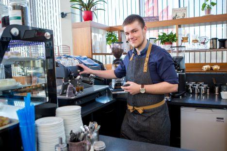 """ALAKU VÕI KOHE: Kohvikus Koidutäht töötav Sander Lember Auriga remondi edasilükkumise üle ei rõõmusta. """"Kuna niikuinii käib teeremont, mis paneb põntsu Auriga keskuse külastatavusele, võiks need kaks remonti siis korraga toimuda.""""  Foto: MAANUS MASING"""