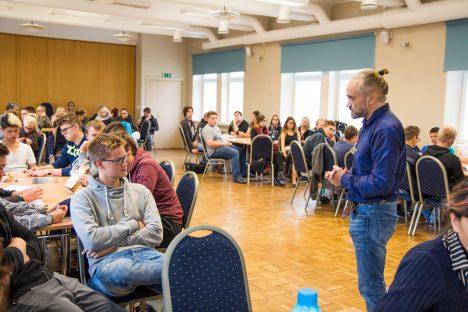 """AEG: """"Mis on sinu kõige väärtuslikum ressurss?"""" küsis ettevõtja ja investor Raivo Hein oma ettekande ajal teise kursuse väikelaevaehitaja Rauno Tiltsi käest. """"Aeg,"""" vastas Rauno. Foto: TAAVI TUISK"""