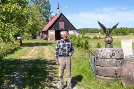 KULLI PILGU ALL: Meiuste küla Kulli talu peremees Arvu Allikson on oma kodust teinud vabaõhumuuseumi, kus on palju puukujusid, vanavara, observatoorium ja muid vaatamisväärsusi. AARE LAINE