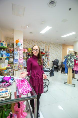 KURESSAARE PISIPERE: Mullu Kuressaares lastekaupade poe avanud Annely Aavik tunnistab, et kodusaarel on ikka kõige parem. RAUL VINNI