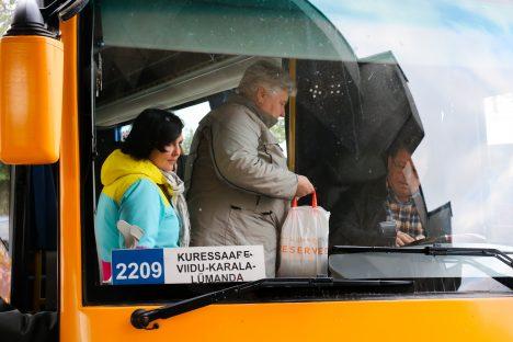 VAJALIK LIIN: Eile õhtul bussile astunud Jaanika Rae ja Mai Suurpere kinnitasid, et nende jaoks on bussiliin väga oluline. Irina Mägi