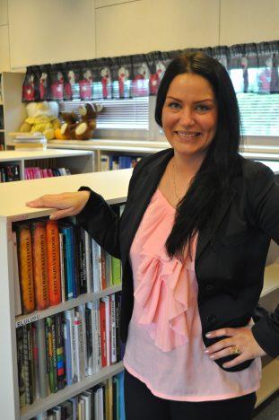 RÕÕMUS: Marina Saukonen Eikla raamatukogu sünnipäeval.  Merike Lipu