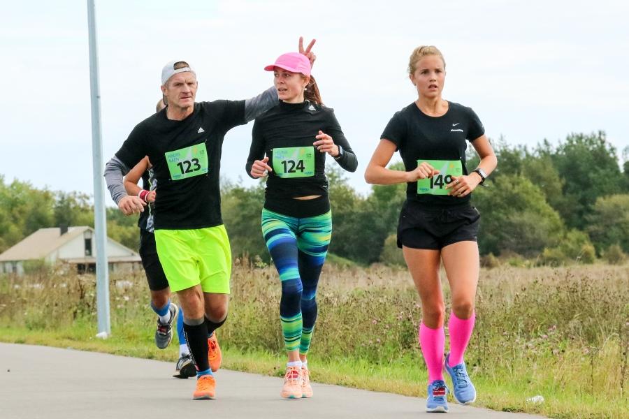 Laupäeval tunnike enne keskpäeva anti Kuressaare lossihoovis start Ultima Thule maratoni kõikidele distantsidele – maraton 42,195 km, poolmaraton 21,1 km ja kepikõnd 21,1 km.