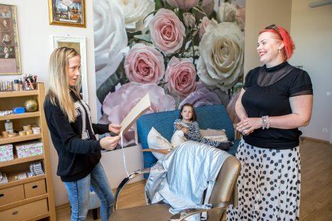 ÜLLATUS: Piret Elli (vasakul) oli siiralt üllatunud, kui Kristina Mägi talle temast tehtud portree ulatas. Ema üllatust jälgis ka tütar Teesi.  MAANUS MASING