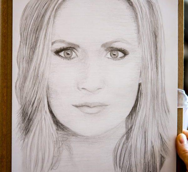 """""""Ma olen praegu täiesti sillas. See olen mina,"""" tunnistab üllatunud meigi- ja soengukunstnik Piret Elli, kui Kristina Mägi astub tema stuudiosse ja kingib talle temast joonistatud portree. Aeg-ajalt saab keegi […]"""