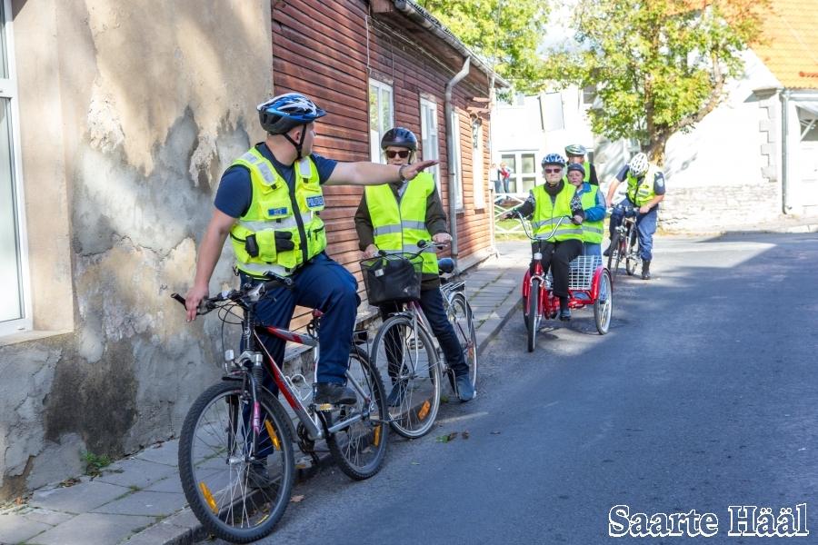 Kuressaare päevakeskuses toimus täna liikluskoolitus eakatele inimestele. Politsei rääkis läbi ja näitas ette, kuidas jalgrattaga ohutult liigelda. Lähemalt loe juba homsest Saarte Häälest!
