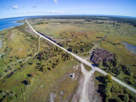 PIKI RANDA: Piki Sõrve läänerannikut kulgev maantee pakub avarust mõlemal küljel. MAANUS MASING