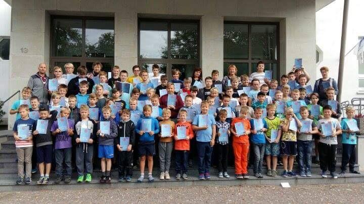 Reedel ja laupäeval oli Saaremaa ühisgümnaasim tulvil tragisid laulupoisse – maakonna poistekoorid tulid kokku, et maha pidada laululaager ning teha üks korralik laulutrenn.