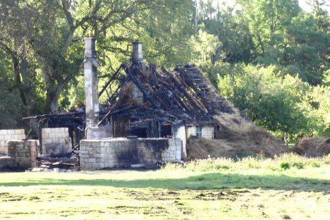 JÄRGI JÄI AHERVARE: Päästjate saabudes põles rookatusega talumaja lausleegiga, inimesed olid õnneks majast väljas. Eile hommikul avanes põlengukohal kurb pilt – ilusast ehitusjärgus taluhoonest oli saanud ahervare. IRINA MÄGI