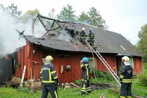 PUNANE KUKK: Põles talumaja laudapoolne osa, eluruumid jäid küll tulest puutumata, kuid said veekahjustusi. IRINA MÄGI