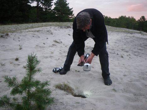 LEIF STRÖMFELT käis Meelis Kaasi leitud ja samas lähedal olevat sarnast auku uurimas. 2x Ruhnu blogi, ruhnlane.blogspot.com.ee/