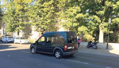AVARII KESKLINNAS: Eile pärastlõunal juhtus Kuressaares Torni tänaval avarii, kus rollerijuht sõitis tagant sisse sõiduautole. Juht sai vigastada ja viidi Kuressaare haiglasse. Foto: ERAKOGU