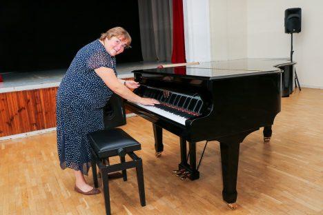 KABINETKLAVER: Anu Viljaste tunneb uue klaveri üle siirast heameelt.  IRINA MÄGI