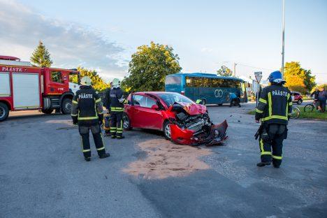 ÕNNETUS: Alles pühapäeval juhtus ristmikul õnnetus, põhjuseks arvatavasti arusaamatus sealsest liikluskorraldusest. MAANUS MASING