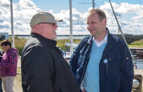 KOGUVAS: Suursaadik James D. Melville vestlemas maaeluminister Urmas Kruusega. AARE LAINE