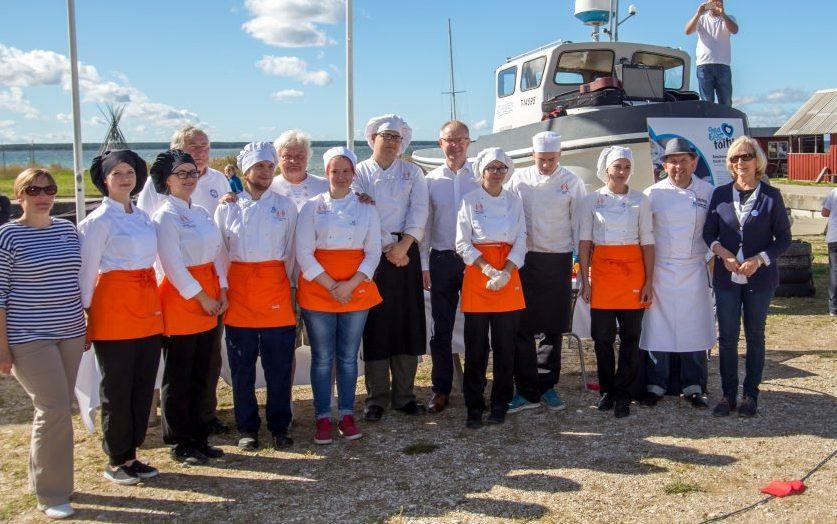 """õige maitsvamaks sadamatoiduks hinnati Eesti toidu kuu pidulikul avatseremoonial Koguva sadamas Kuressaare ametikooli kokaõpilaste kalapada lestaga. """"Selle toidu maitse on täiuslik. Seal on rammu sees, samas on seda kerge süüa […]"""