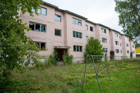 OHTLIK: Sisselöödud akendega ehitusjärgus maja on juba aastaid ohtlikus seisus. MAANUS MASING