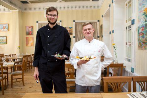 KAKS KOKKA: Timo Pärn (vasakul) ja Juss Lindmäe on täna õhtuks valmis. Nii põhjalikult, et isegi käes olevad nõud on nende endi tehtud. MAANUS MASING