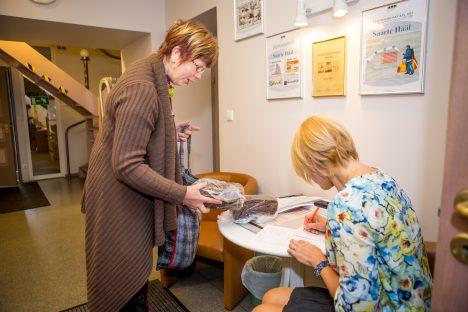 PARIM: Saaremaa parima traditsioonilise leiva küpsetas Maile Selberg, kelle maitseleib pälvis ERR-i eriauhinna. Fotol on ka projektijuht Kerli Rüütel leibu vastu võtmas. MAANUS MASING