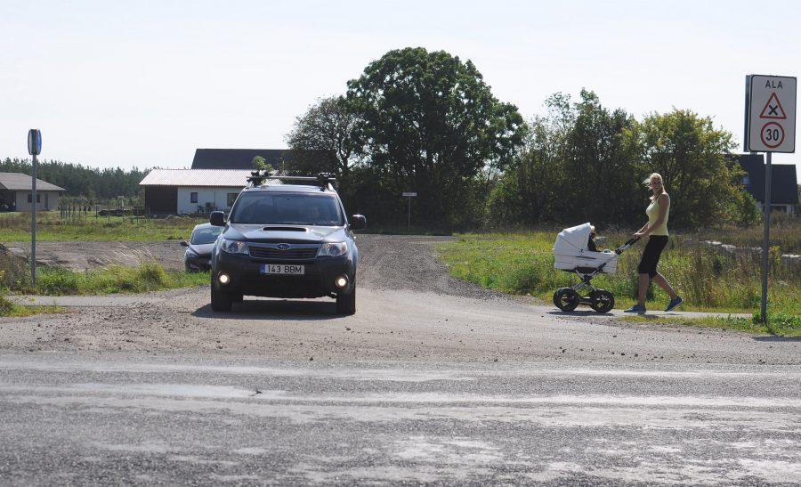 Kuressaare linna ümbruse kergliiklusteede ja sõidutee ristumisel juhtub ikka ja jälle, et autojuht ja kergliikleja ei saa aru, kumb peab teisele teed andma. Halvemal juhul lõpeb selline segadus teeandmise osas […]