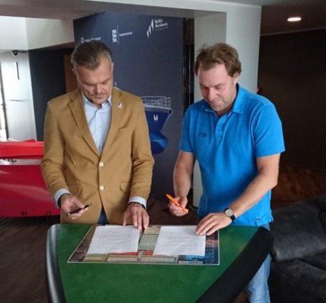 ALLKIRJASTAMINE: Margus Männik ja Margus Vanaselja kirjutavad alla koostöölepingule, millega toetatakse Saaremaa noorte purjetamist.  RAIDO KAHM