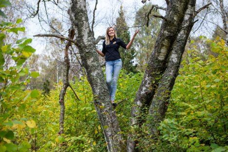 """SIIA TULEB: Teenindaja Marleen Sabalson osutab, kuhu on plaanis uus teemapark rajada. Praegu on ainus """"atraktsioon"""" puude otsa ronimine. Maanus Masing"""