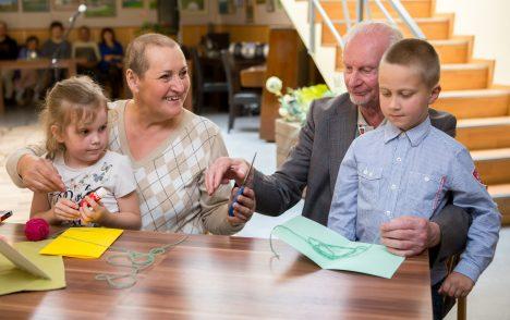 MEISTERDADA ON TORE: Ühiselt meisterdavad kaarte Liia Asuja (vasakul), süles Miina Liisa Martin ning Jaagup Haamer ja Kalev Lind. Foto: MAANUS MASING