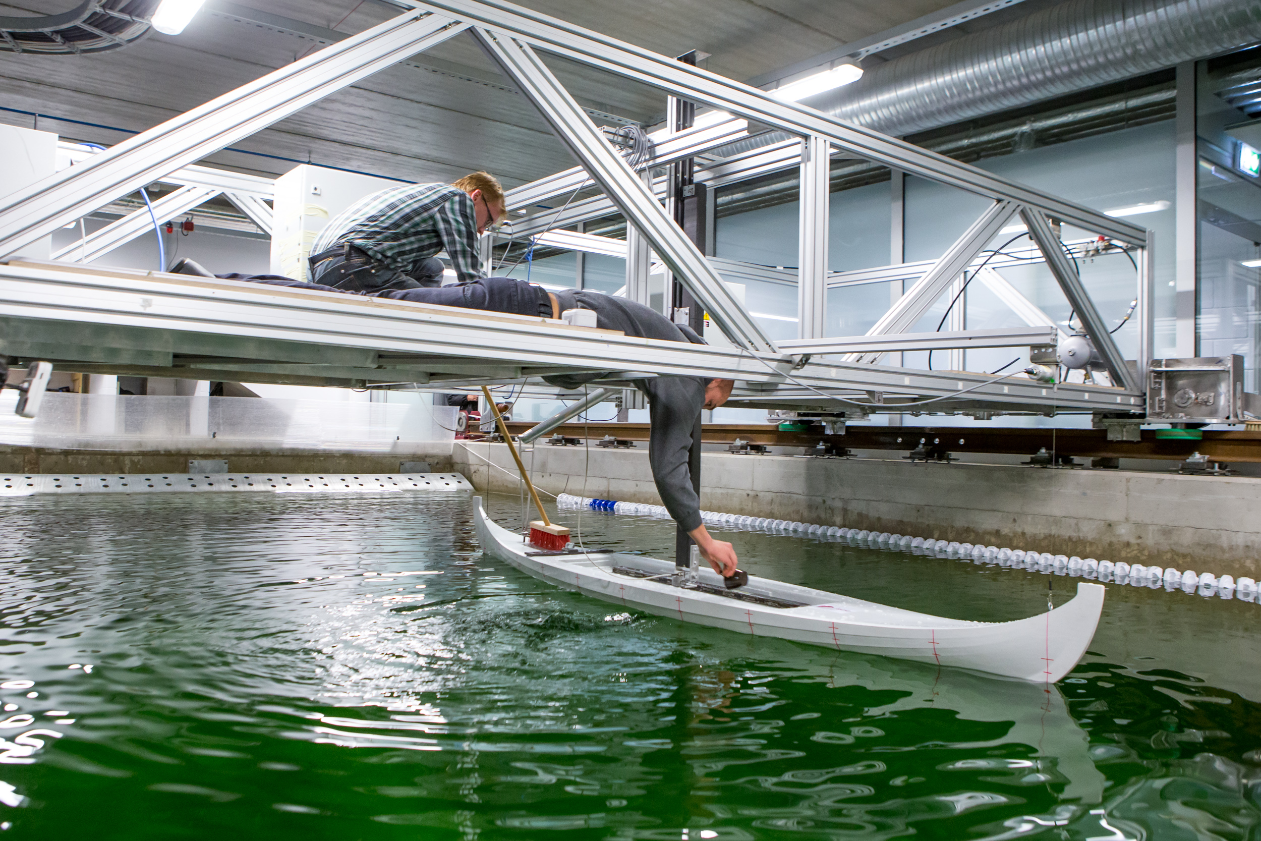 Teadlaste Öö raames katsetati TTÜ Kuressaare kolledži väikelaevaehituse kompetentsikeskuses eile õhtul Salme viikingilaeva kolme meetri pikkust mudelit. Laevamudelisse kogunes esimesel sõidul hulk vett ja nii tuli seda enne teist katset […]