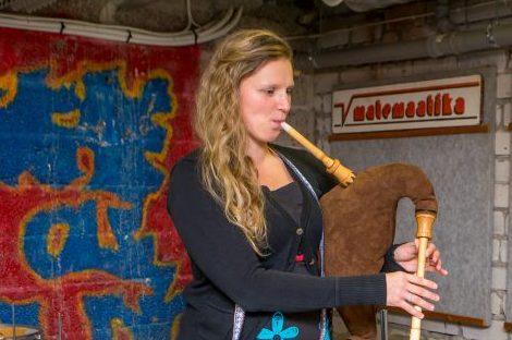 Saarlasest torupillimängija Leana Vapper-Dhoore (pildil) ja tema Saaremaale kolinud belglasest abikaasa Hartwini osalusega folkgrupp Estbel ootab plaadi väljaandmiseks toetust Hooandja keskkonnas. 2015. aastast tegutsev Estbel on Eesti-Belgia ühisprojekt, kus löövad […]