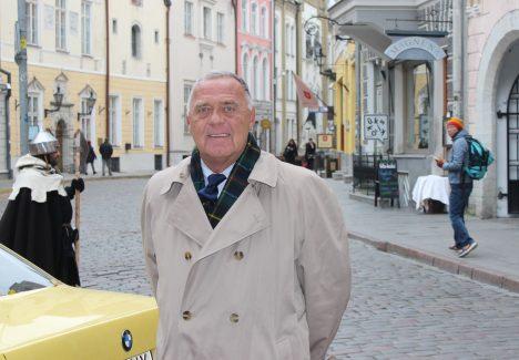 MEELDIVAS VANALINNAS: Tallinna vanalinnas meeldib Aavo Reinfeldtile jalutada ja enda jaoks uusi kohti avastada.  AARE LAINE