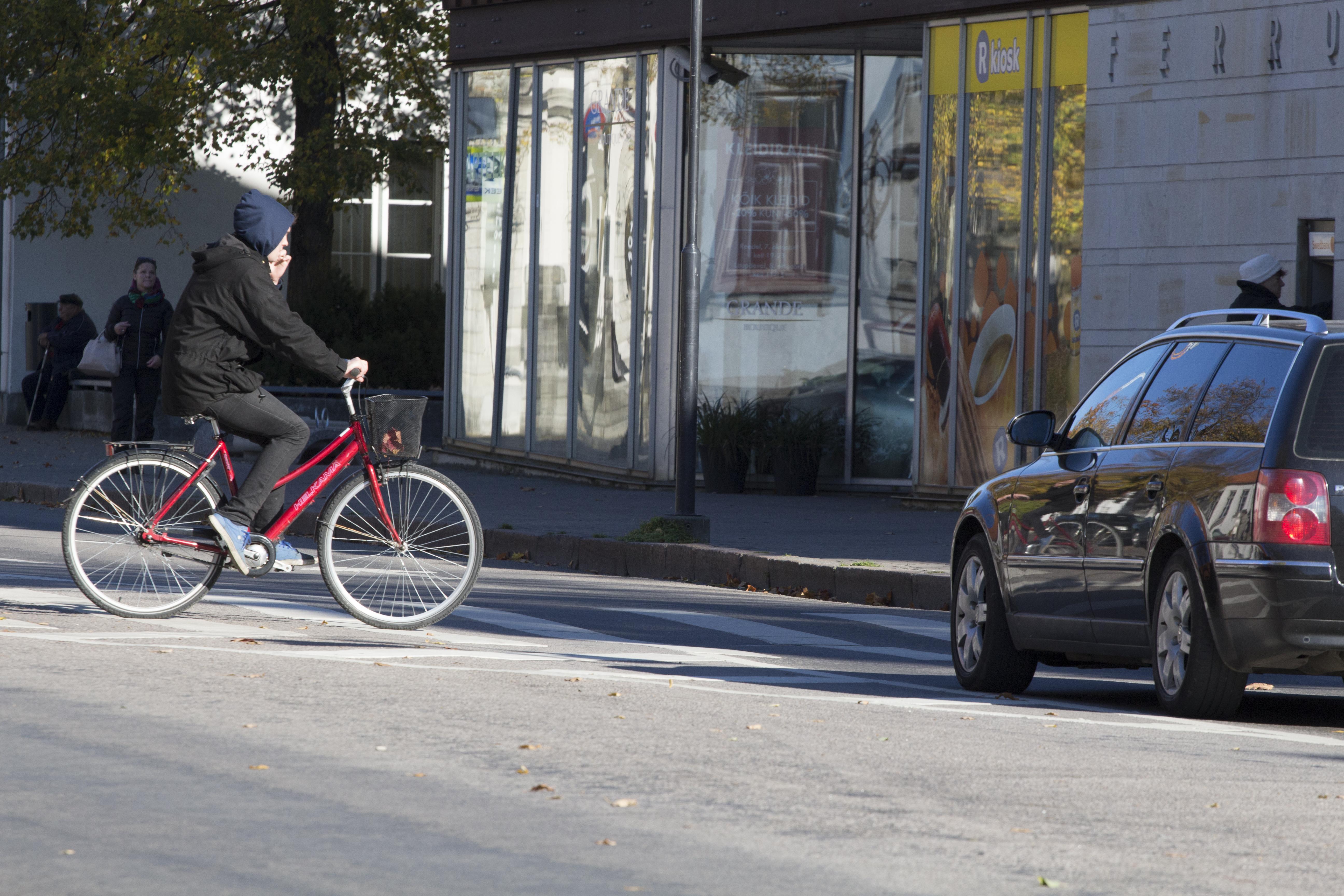 Aina tihedamaks muutuvas liikluses ei jõua inimeste liiklusteadmised pahatihti ajale järele.  Inimese elus tuleb liiklusreeeglite õppimisega kokku puutuda päris mitu korda. Alguses on lasteaed, lapsevanemad ja kool. Niivõrd-kuivõrd seda […]
