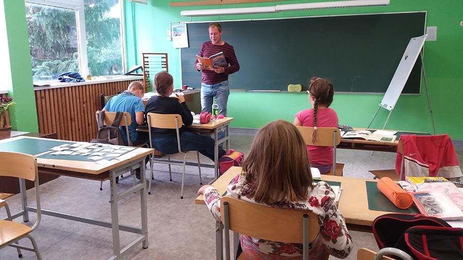 """Kihelkonna koolis tähistati õpetajate päeva eile omamoodi – pedagoogide rolli võtsid üle lapsevanemad.  """"Seda, et vanemad on kusagil koolis üheks päevaks õpetajateks hakanud, mina küll varem kuulnud ei olnud,"""" […]"""