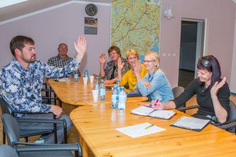 NAISTE SEAS: Mari Soots (paremal kollases) ütleb, et naised on vähemalt Pihtla volikogus meestega vägagi võrdsed. ARHIIV