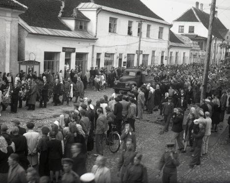 MATUSED: Autoinspektor Evald Puneki leinarongkäik Lossi tänaval. Puneki laip leiti 31. mail 1949 Kuressaare–Kuivastu maantee äärest. SAAREMAA MUUSEUMI FOTOKOGU