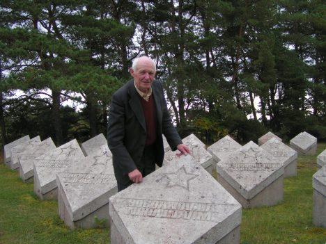 POLE ÕIGE: Ruttar Järveotsa arvates võib tegelike haudade koha peal olla maksimaalselt viis rida hauakive.  TÕNU VELDRE
