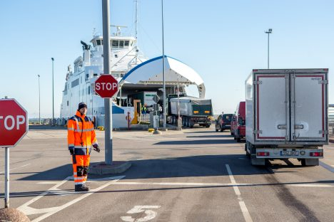 OLE VALVAS: Parvlaevale minnes saab sõidukile sooduspileti vaid Saare maakonnas elav isik ehk sõidukile pileti ostev juht, kes on kantud sõiduki registreerimistunnistusele. MAANUS MASING
