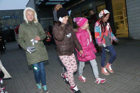HELGIVAD KÜLL: Pildile jäid omavilditud helkurloomadega Carola Palu, Olivia Känd, Liis Palu ja Kerdi Jano Aste avatud noortekeskusest. IRINA MÄGI