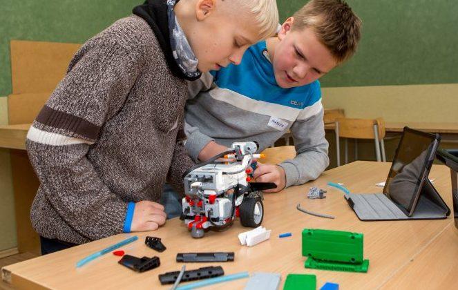 """Eile ennelõunal oli Kuressaare Gümnaasiumi füüsikaklass täis sügisvaheaja linnalaagrisse tulnud poisse ja tüdrukuid, kes Lego Mindstorms komplektist, arvutiprogrammi abiga ja füüsikaõpetaja Olle Araku juhendamisel roboteid ehitasid. """"Kui meie robot valmis […]"""